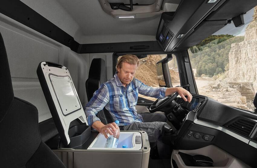 De koelbox in de nieuwe MAN is onder het bed weggewerkt en kan indien gewenst naar voren geschoven worden. Extra veel bewegingsruimte in de cabine.